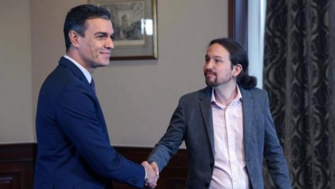 Pedro Sánchez y Pablo Iglesias tras firmar el acuerdo para un gobierno de coalición.