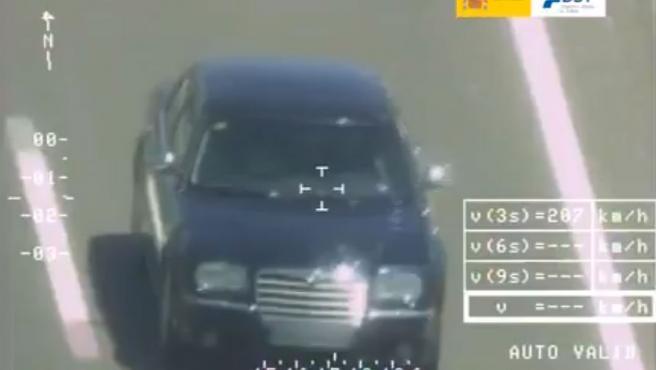 Las cámaras de los radares de la DGT captan a un vehículo que circula a mayor velocidad de la permitida.