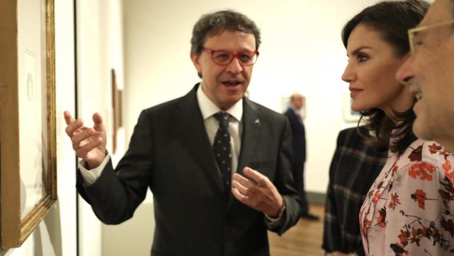 El comisario de la exposición 'Solo la voluntad me sobra. Dibujos de Goya' en el Museo del Prado, en Madrid (España), explica la muestra a la Reina Letizia el pasado 19 de noviembre de 2019