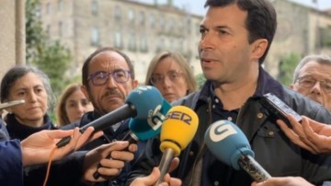 El secretario general del PSdeG, Gonzalo Caballero, en declaraciones a los medios en Pontevedra