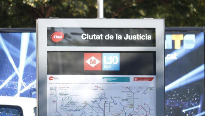 Acceso a la estación de Ciutat de la Justícia de la L10 sud del metro de Barcelona.