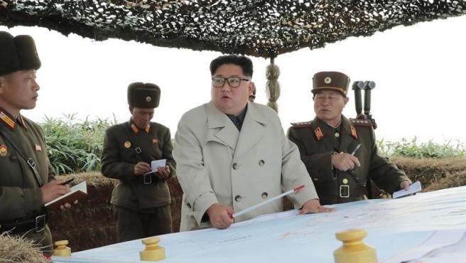 El líder norcoreano, Kim Jong-un, inspecciona el sistema de defensa en el islote de Changri, junto a la frontera marítima con Corea del Sur, en una imagen facilitada por la agencia oficial de Corea del Norte.