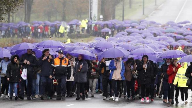 Cientos de personas bajo la lluvia en Santiago de Compostela, en una marcha con motivo del Día Internacional por la Eliminación de la Violencia contra la Mujer.