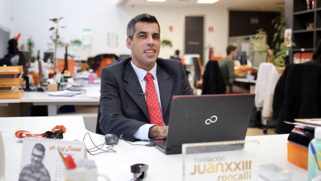 Roberto Chinchilla, en su puesto de trabajo en la Fundación Juan XXIIIRoncalli.