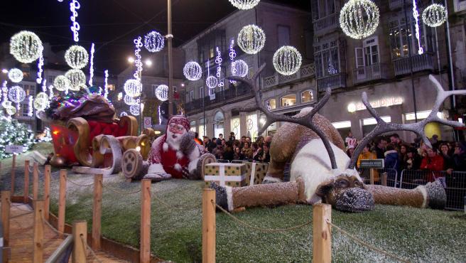 Miles de personas pasean por el centro de Vigo para disfrutar de la decoración navideña y los 32 metros de árbol de navidad.