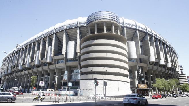 Fachada y alrededores del Estadio Santiago Bernabéu de Madrid.
