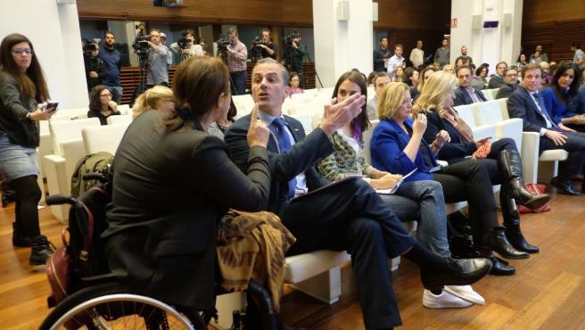 La representante de la Asociación Mujeres Marroquíes, Nadia Otmani, se enfrenta al portavoz de Vox en el Ayuntamiento de Madrid, Javier Ortega Smith, durante el acto municipal por el Día contra la Violencia Machista.