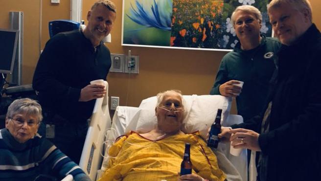 Norbert Schemm tomando una cerveza junto a sus tres hijos y su mujer.