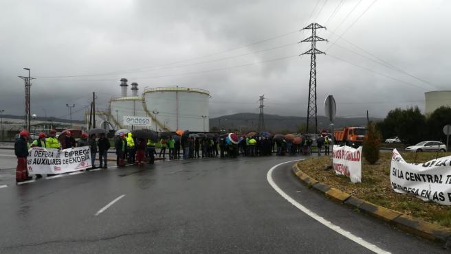 Concentración de trabajadores de auxiliares de la térmica de As Pontes.