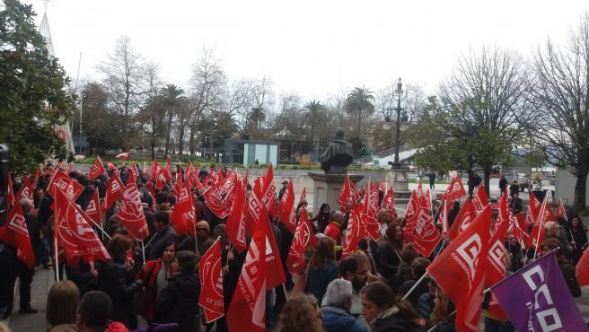 Concentración organziada por CCOO y UGT para urgir la derogación de la reforma laboral