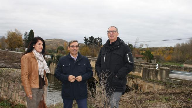 De izquierda a derecha, la jefa del Servicio Territorial de Fomento, Natalia Flórez, el viceconsejero de Infraestructuras y Emergencias, José Luis Sanz Merino y el delegado territorial de la Junta en Segovia, José Mazarías, visitan el puente.
