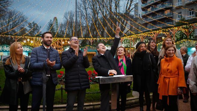 El alcalde de Vigo, Abel Caballero, junto a varios concejales, inaugura el encendido del mercadillo navideño de Plaza de Compostela, con la gran noria al fondo.