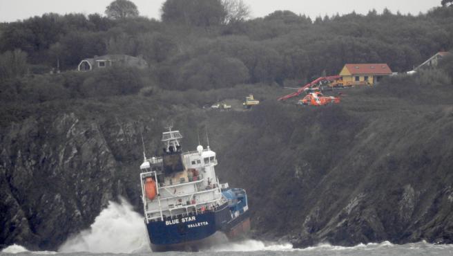 El 'Blue Star' encallado en la costa de Ares (A Coruña)