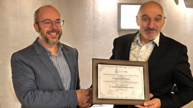"""Humberto Bustince recibe la distinción de """"colegiado de honor"""" de manos Javier Suescun, decano del CPIINA."""