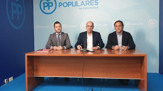 Javier Iglesias (centro) junto a los populares salmantinos Julio López Revuelta (i) y Carlos García Carbayo (d).