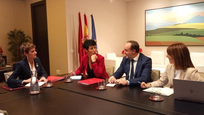 La presidenta de Navarra, María Chivite (i), con la consejera de Economía y Hacienda, Elma Saiz, el portavoz de Navarra Suma, Javier Esparza, y la parlamentaria de Navarra Suma María Jesús Valdemoros (d), en una reunión para hablar de Presupuestos.