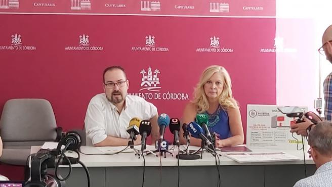 Los ediles de Podemos, Juan Alcántara y Cristina Pedrajas, en el Ayuntamiento de Córdoba.