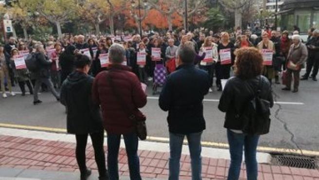 Más de un centenar de personas secundan las concentración contra el despido por enfermar