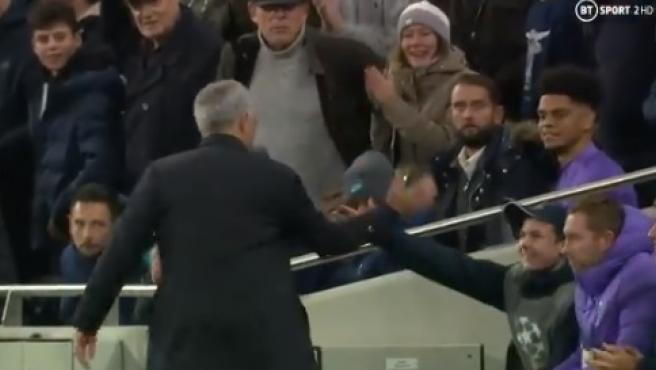 Mourinho celebra con el recogepelotas la remontada del Tottenham.