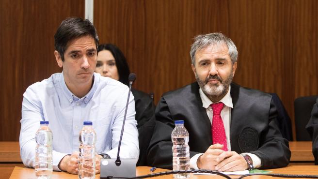 Rodrigo Lanza, junto a su abogado, Endika Zulueta.