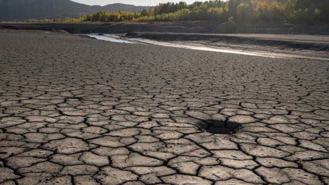 Tierra cuarteada por la sequía en el embalse de Barasona, Huesca.
