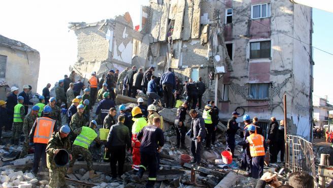 Equipos de rescate de bomberos del ejército y la policía buscan supervivientes entre los escombros de un edificio tras el terremoto que sacudió Thumane, Albania
