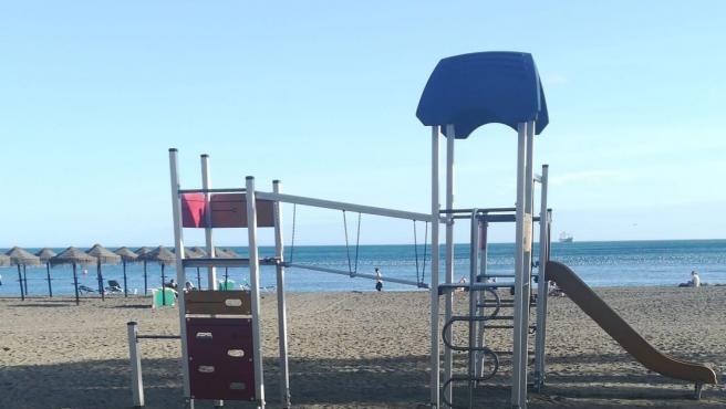 Un parque infantil en una playa de Málaga.