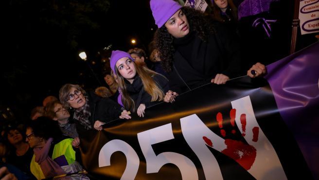 Varias mujeres sostienen una pancarta en la que se lee '25N', en la manifestación en Madrid con motivo del Día Internacional para la Eliminación de la Violencia contra las Mujeres, en Madrid a 25 de noviembre de 2019.