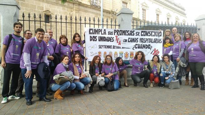 Concentración a las puertas del Parlamento andaluz para reclamar la unidad para trastornos de la conducta alimentaria.