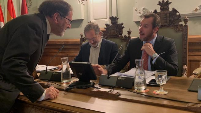 El alcalde de Valladolid, Oscar Puente, conversa con el secretario general del Ayuntamiento, Valentín Merino, en presencia del teniente de alcalde Manuel Saravia.