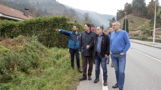 El consejero de Obras Públicas, Ordenación del Territorio y Urbanismo, José Luis Gochicoa, visita el cauce del río Saja para estudiar las medidas de protección frente a las inundaciones