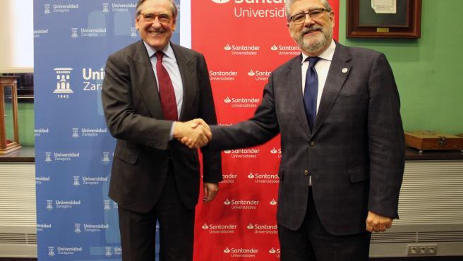 El presidente de Santander Universidades, Matías Rodríguez, firma un convenio de colaboración con el rector de la Universidad de Zaragoza, José Antonio Mayoral, para impulsar la educación, la empleabilidad y el emprendimiento.