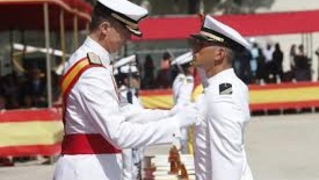 El Rey en una imagen de archivo en la entrega de despachos a oficiales de la Armada en San Fernando
