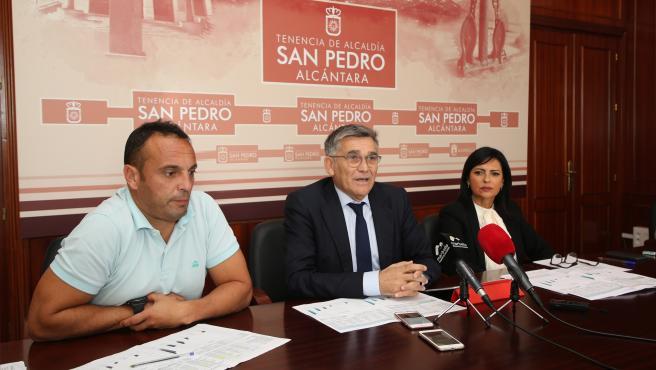 El teniente de alcalde de San Pedro, Javier García, en rueda de prensa junto con los responsables de Políticas Sociales y Deportes de la Tenencia de Alcaldía, Begoña Rueda y Javier Mérida, respectivamente