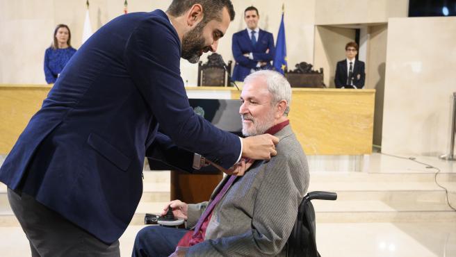 Fernández-Pacheco impone el Escudo de Oro de la ciudad a Antonio Sánchez de Amo, presidente de Verdiblanca