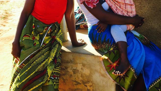 Imagen de mujeres en las escuelas contruídas en Mozambique