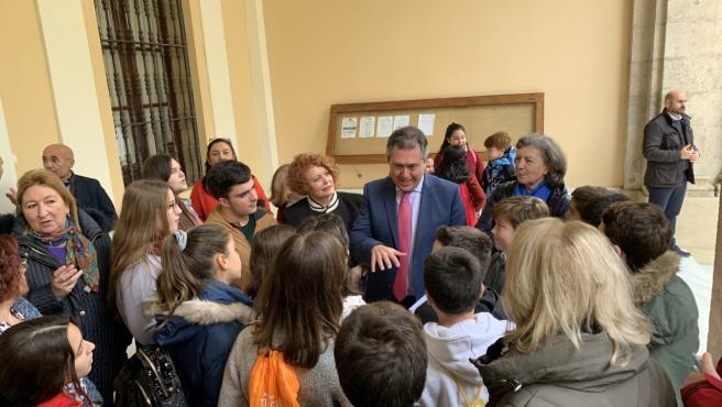 Juan Espadas, con algunos de los menores que forman parte del Consejo de la Infancia