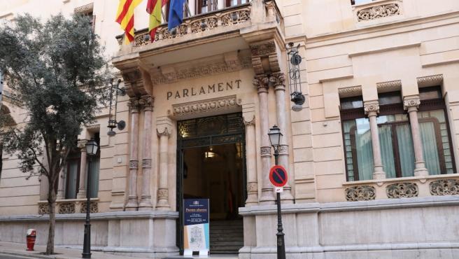 La fachada del Parlament en la calle Conquistador.