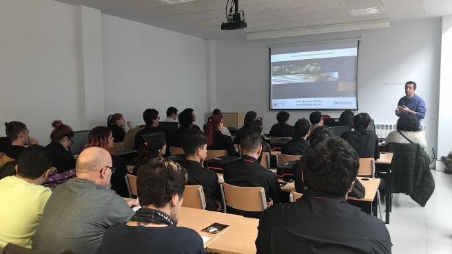 Los alumnos de Hostelería de Segovia siguen las explicaciones de los profesores de la UCM.