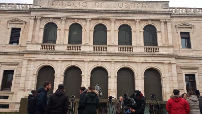 Los medios esperan la salida de los abogados de las partes del Caso Arandina.