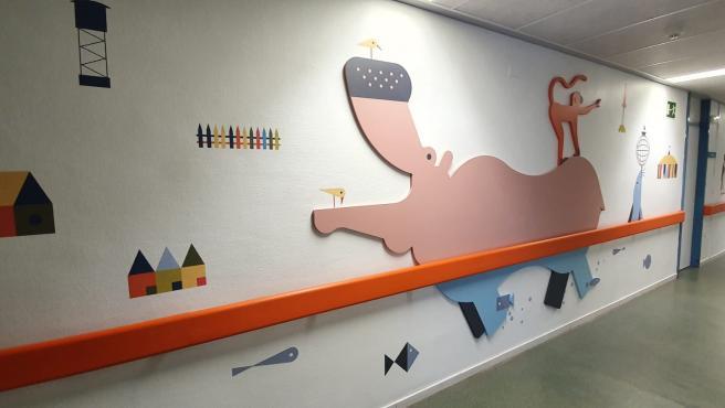Los pasillos de la planta de pediatría del Hospital San Jorge de Huesca se transforman en una pequeña jungla ilustrada.