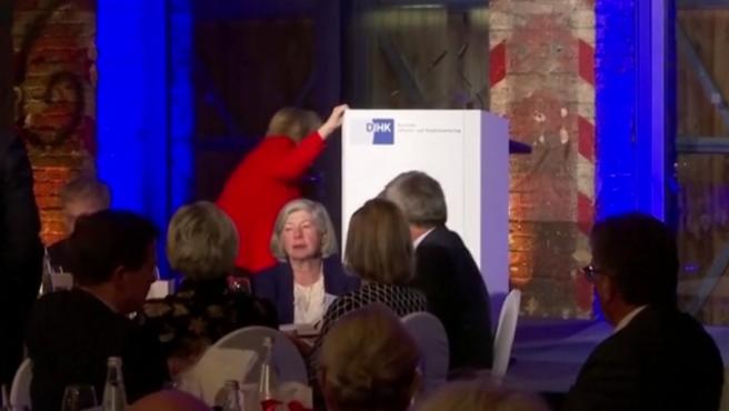 Ángela Merkel cae al subirse al escenario en un evento en Berlín.