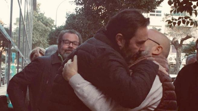 Miguel López s'abraça a un amic a l'eixida del jutjat després de conéixer-se ahir que el jurat li havia declarat no culpable.