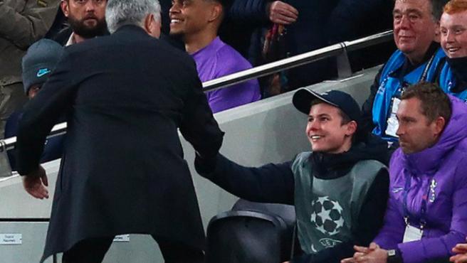 Mourinho saluda al recogepelotas que ayudó a ganar al Tottenham