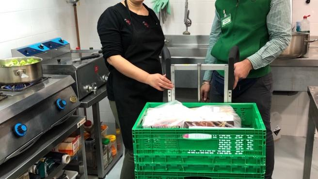 Naima, responsable de cocina Estrellas & Duendes y Carlos, gerente de servicio a domicilio de Mercadona.