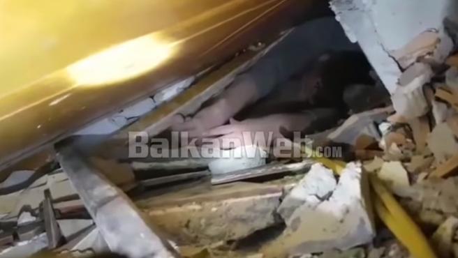 Fotograma del hombre atrapado entre escombros en Albania.