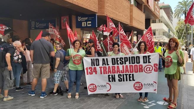 Protestas a las puertas de la sede de Sitel durante el anterior ERE