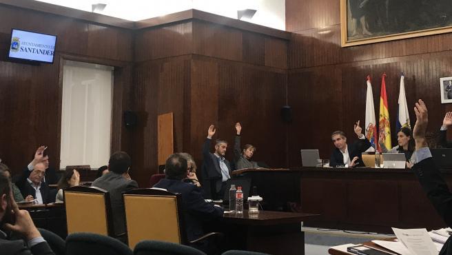 Todo el Pleno de Santander, excepto Vox que se ha abstenido, muestra su solidaridad con las víctimas de la violencia de género