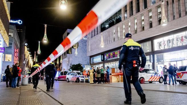 Las autoridades acordonan la zona donde se ha producido el apuñalamiento en La Haya.