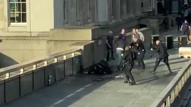 El momento en que abaten al atacante en el puente de Londres.
